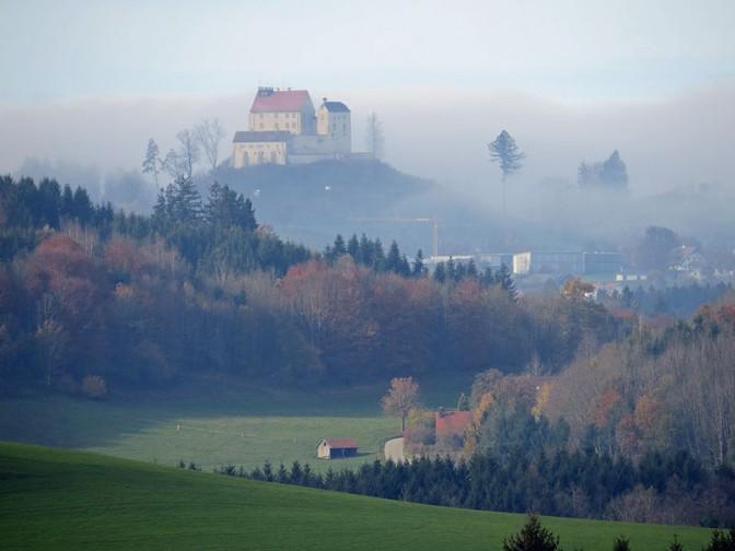 Die Waldburg von Südosten / Foto: Wikipedia / Flodur63 / CC-BY-SA 4.0 / Foto oben: Andreas Praefcke / CC-BY-SA 4.0