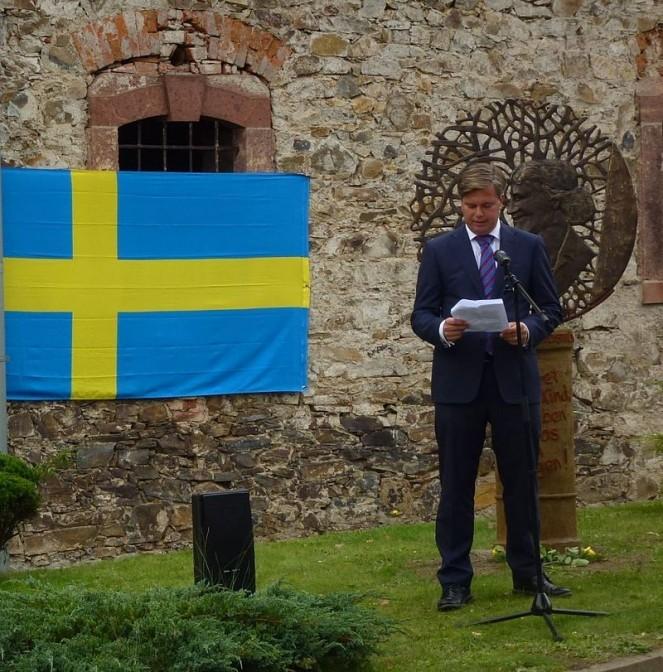 Der schwedische Botschafter weiht das Elsa Brändström-Denkmal auf Schloss Neusorgen ein / Foto: Wikipedia / Tnemtsoni / CC-BY-SA 3.0 / Foto oben: Gutachter-Wagner / CC-BY 3.0