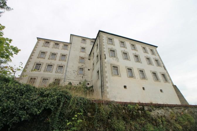 Rund um das Schloss zieht sich ein neun bis zehn Meter tiefer Graben.