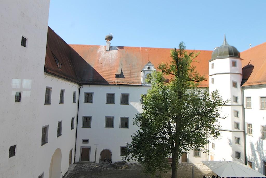 Der Innenhof mit Storchennest.