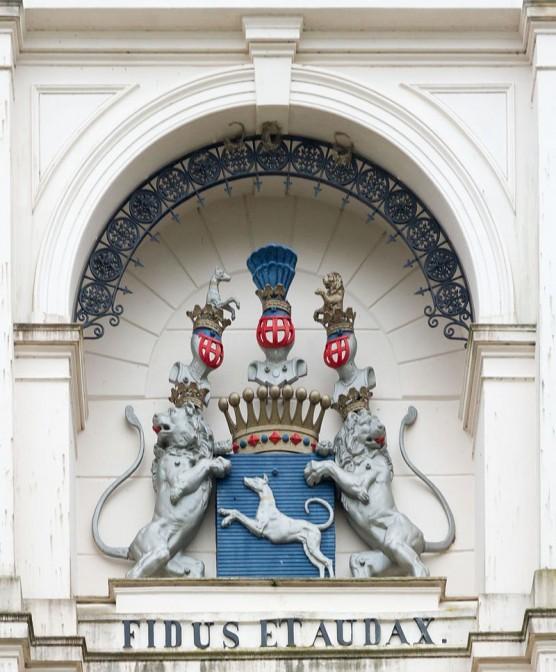 Wappen in der Fassade von Schloss Salzau / Foto: Wikipedia / Matthias Süßen / CC-BY-SA 4.0