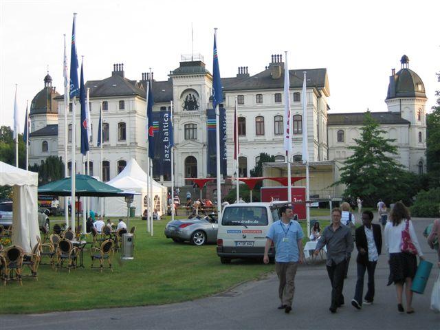 """Das waren noch Zeiten: Schloss Salzau als Spielort von """"Jazz baltica"""" / Foto: Wikipedia / Felix Maass / CC-BY-SA 3.0 / Foto oben: gemeinfrei"""