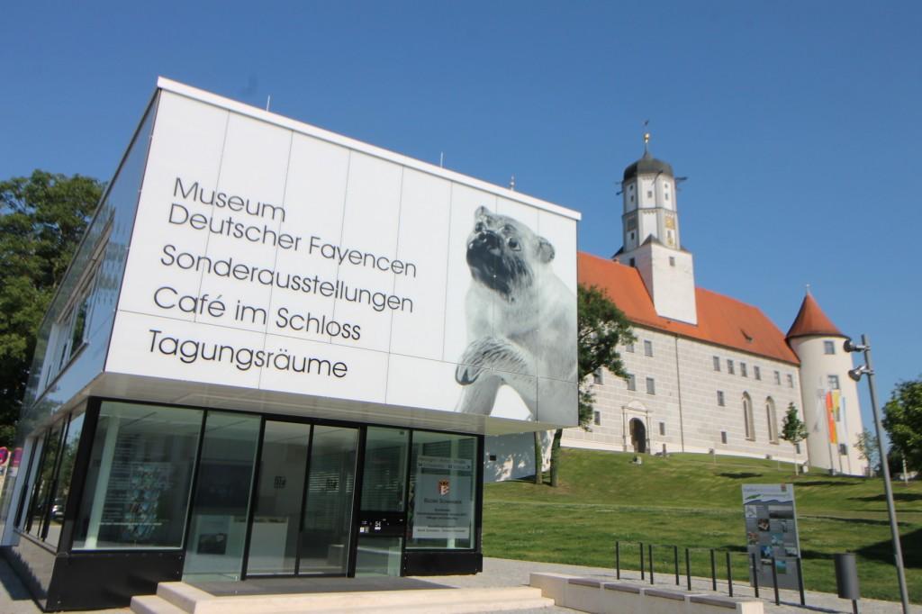 Am Fuß des Schlosses steht ein Museumspavillon.