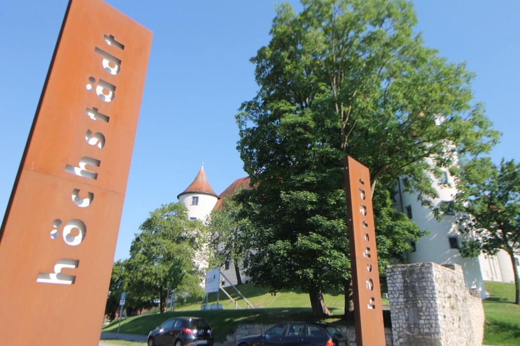 Vor dem Schloss stehen Stahlstelen mit dem Schlossnamen. Warum auch immer...