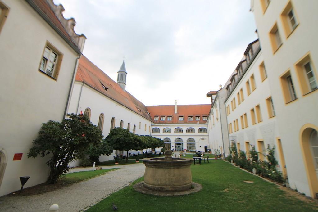 Schlosshof mit Brunnen nach der Sanierung / Foto: Burgerbe