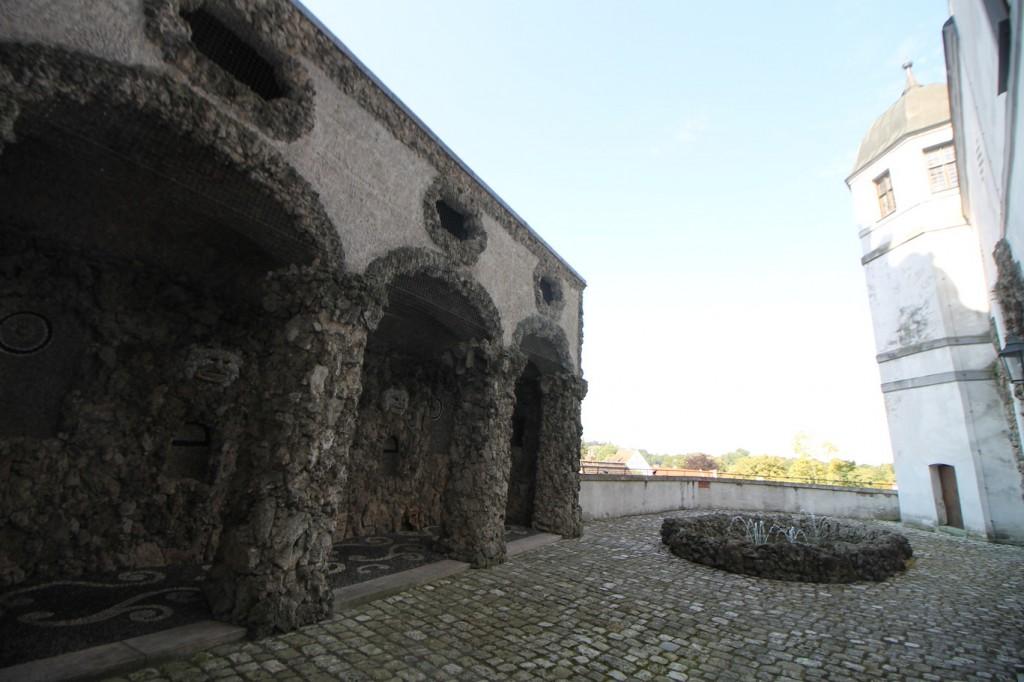 Links die Eingänge zu den Grotten.