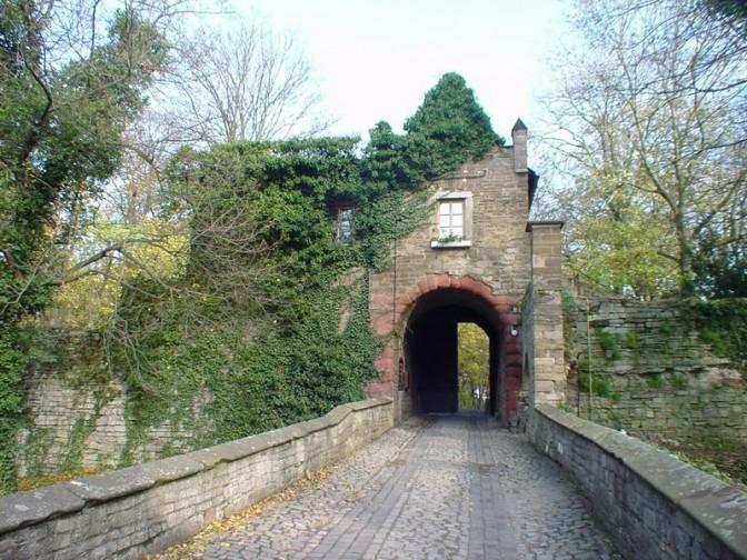 Einfahrt zu Schloss Mansfeld / Foto: gemeinfrei