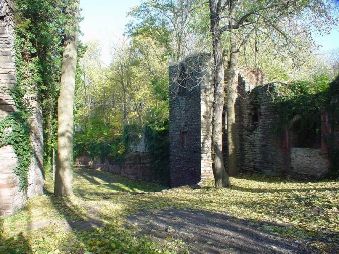 Festungsgraben mit Resten der Befestigung / Foto: gemeinfrei