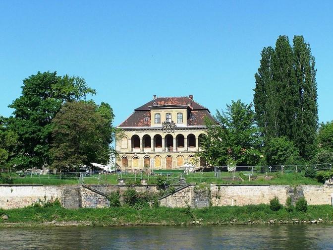 Blick von der Elbe aufs Schloss / Foto: X-Weinzar / CC-BY-SA 2.5
