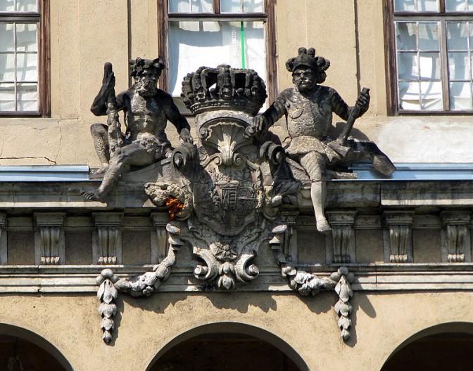 Sächsisch-polnisches Königswappen an der Fassade von Schloss Übigau / Foto: Wikipedia / Adomix / CC-BY-SA 3.0