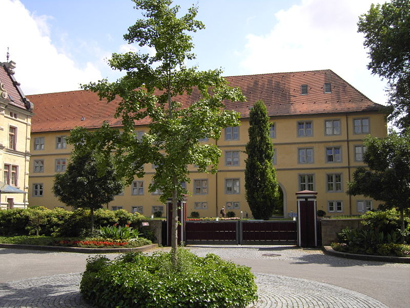 Ziel der Mops-Reise: Schloss Winnental in Winnenden / Foto: Wikipedia / Alexander Stein / CC-BY-SA 3.0 / Foto oben: Das Mops-Denkmal / © 2017 Stuttgart-Marketing GmbH