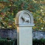 Das Mops-Denkmal von Schloss Winnental