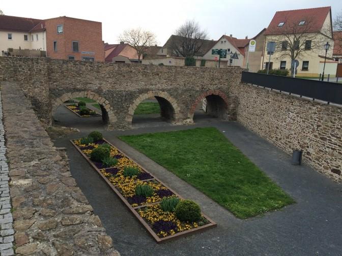 Blick in den einstigen Wassergraben neben dem Schloss.