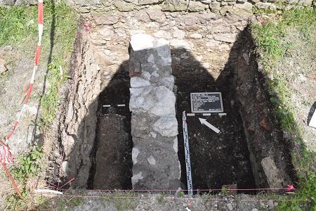 Bei den Bodenuntersuchungen wurde ein Stück Mauer entdeckt, das in der Vergangenheit Teil eines bisher unbekannten Gebäudes war. Sie grenzt an die Ringmauer der Burgruine Falkenstein. Foto: Landkreis Rosenheim / Foto oben: Wikipedia / Rufus46 / CC-BY-SA 3.0