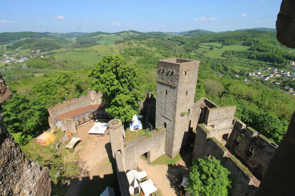 """Der """"echte"""" Bergfried der Kasselburg ist quadratisch und deutlich kleiner als der Doppelturm."""