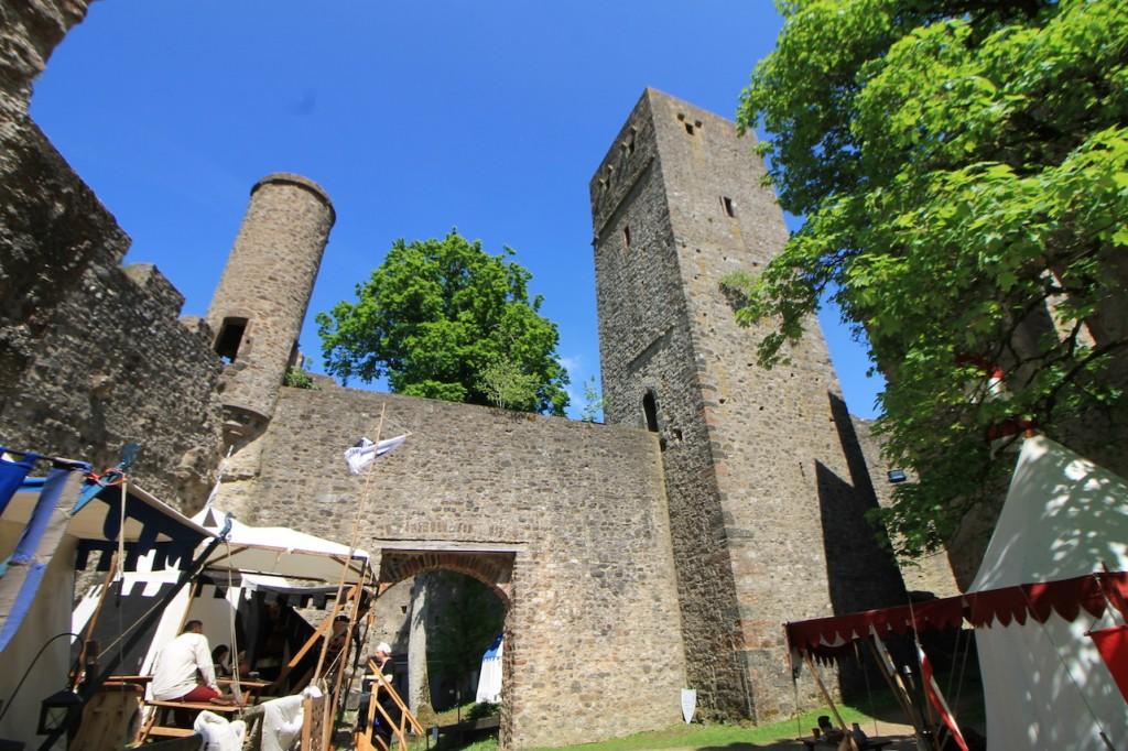 Mittelaltermarkt-Stände auf dem Burggelände.