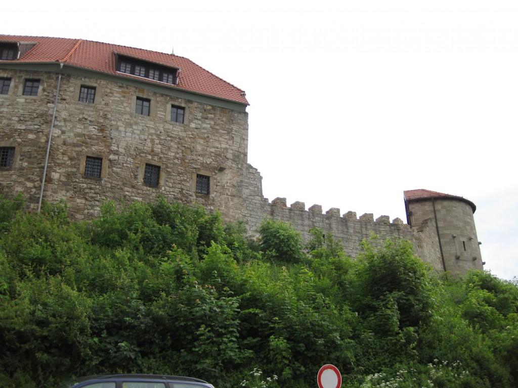 Der halbrunde Wehrturm (rechts im Bild) stammt von 1913