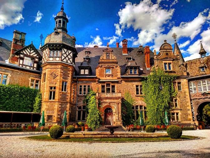 Frontseite von Schloss Rauischholzhausen / Foto: Wilipedia / hamailAhmad / CC-BY-SA 4.0 / Foto oben: