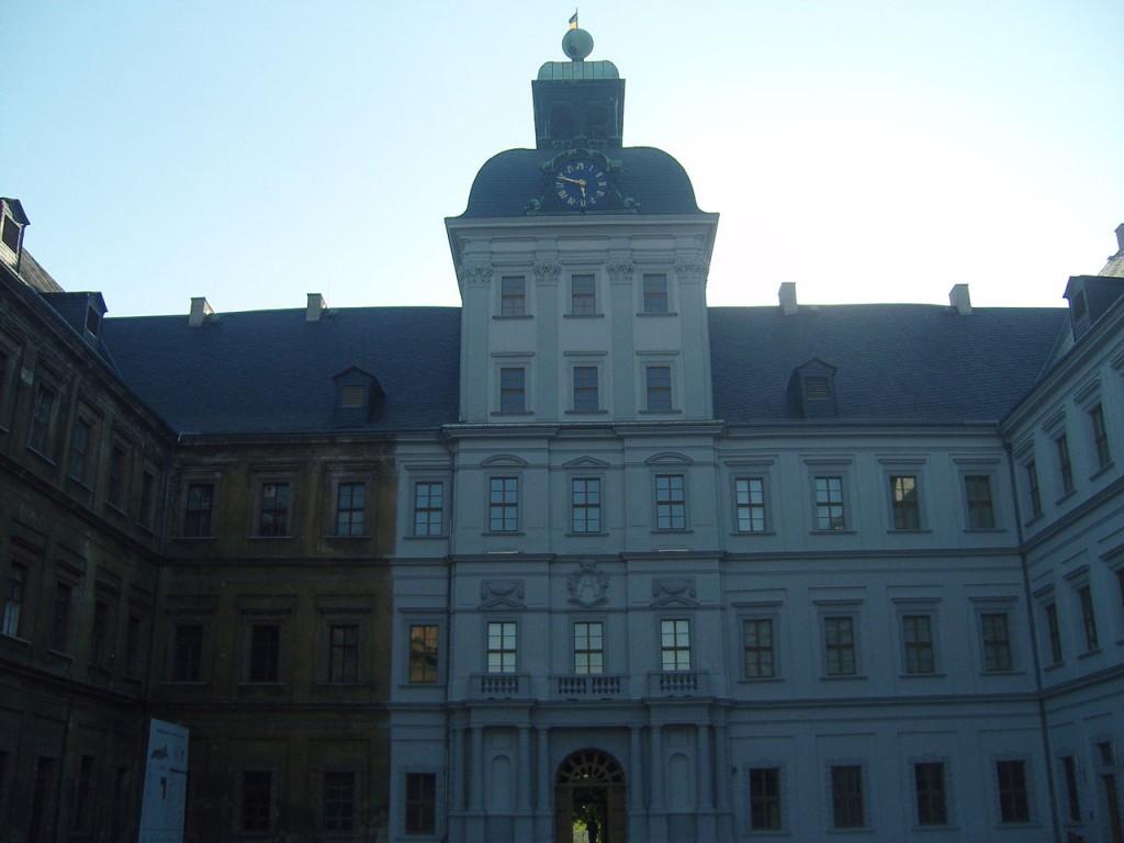 Schloss Neu-Augustusburg ist zum Teil saniert. Das kann man gut sehen. Foto: Wikiepdia / Z thomas / CC-BY-SA 3.0 / Foto oben: Concord / CC-BY-SA 3.0