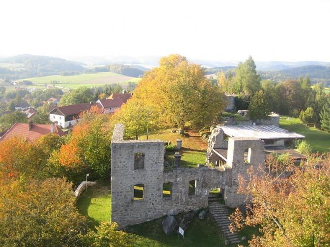 Burg Brennberg in der Oberpfalz / Foto: Schmid Marco / CC-BY-SA 3.0 / Foto oben: Wikipedia / Trustler / CC-BY-SA 3.0