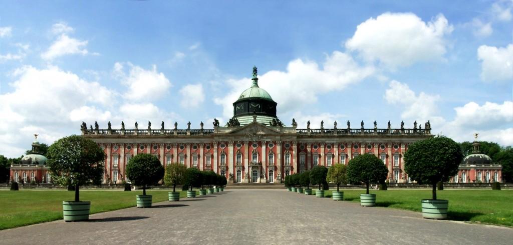 "Auch im Neuen Palais Potsdam wurde für ""Kaisersturz"" gedreht / Foto: Wikipedia / Manfred Heyde / CC-BY-SA 3.7 / Foto oben: Das Kaiserpaar bei in der ZDF-Doku / Foto: obs/ZDF/Christoph Assmann"