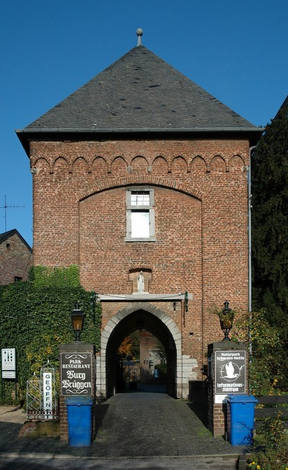 Tor zur Burg Brüggen. Foto: Sir Gawain / CC-BY-SA 3.0 / Foto oben: sodele / CC-BY-SA 2.0