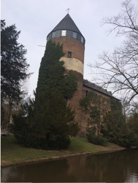 Der Turm von Burg Brüggen und der Wassergraben / Foto: Burgerbe.de