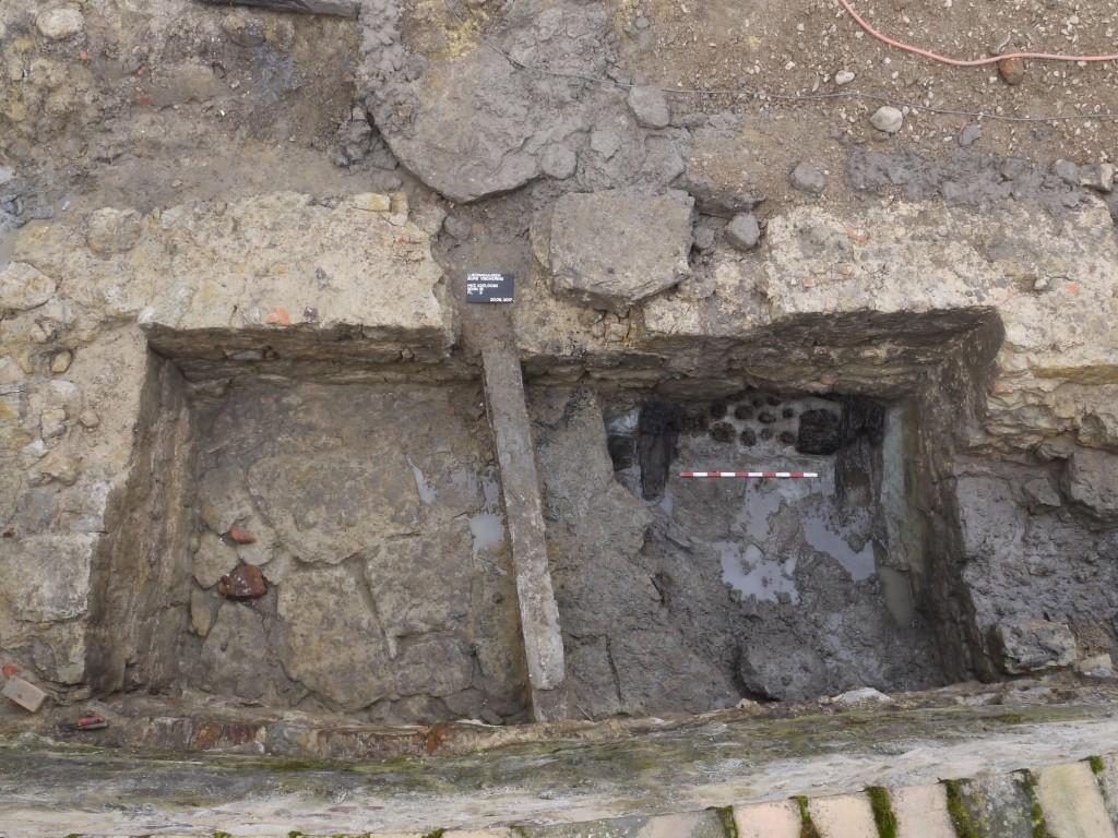Unter dem teilweise von den Archäologen ausgebrochenen Plattenboden des Kellers aus dem 16. Jahrhundert zeigt sich der Pfahlrost des ältesten Fundaments aus dem 12. Jahrhundert. Foto LWL/W. Essling-Wintzer