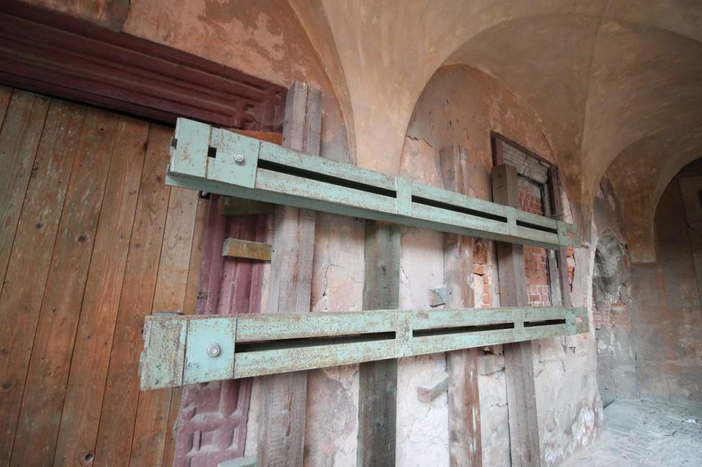 Seit Jahren werden die alten Mauern durch massive Maueranker  stabilisiert. Fotos: Burgerbe