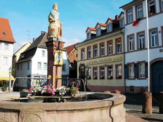 Groß-Umstadt im Odenwald hat eine malerische Altstadt mit diversen erhaltenen Fachwerkhäusern. Hier ein Blick auf den Marktplatz / Foto: ThomasPusch / CC-BY-SA 3.0