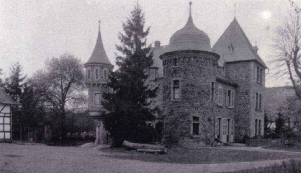 Burg Dattenfeld auf einem Foto von 1921 / Foto: gemeinfrei / Foto oben:  Wikipedia / Wolkenkratzer / CC-BY-SA 4.0