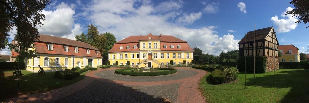 Schloss Döbbelin mit Taubenturm (rechts),