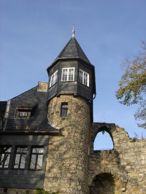 Turm der Burg Altrathen / Foto: Wikipedia / Diether / CC-BY-SA 3.0 / Foto oben: Kolossos / CC-BY-SA 3.0