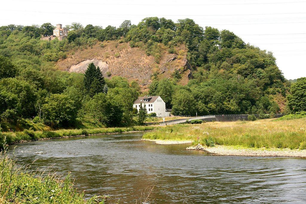 Blick auf Haus Custodis inmitten der Ruinen der Isenburg über der Ruhr / Foto: Wikipedia / Frank Vincentz  / CC-BY-SA 3.0 / Foto oben: Reste des Bergfrieds / Foto: Burgerbe,de