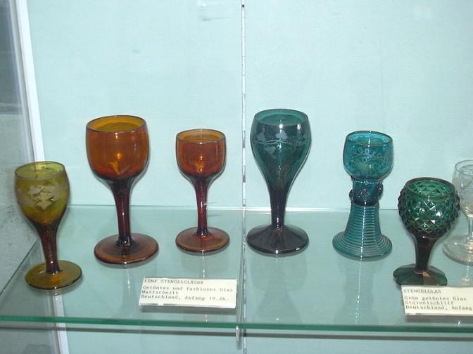Im Weinmuseum auf der Brömserburg werden allerlei Gläser gezeigt. Foto: Wikipedia / lavoro personale / CC-BY-SA 3.0 / Foto oben:  Alexander Hoernigk / CC-BY-SA 3.0