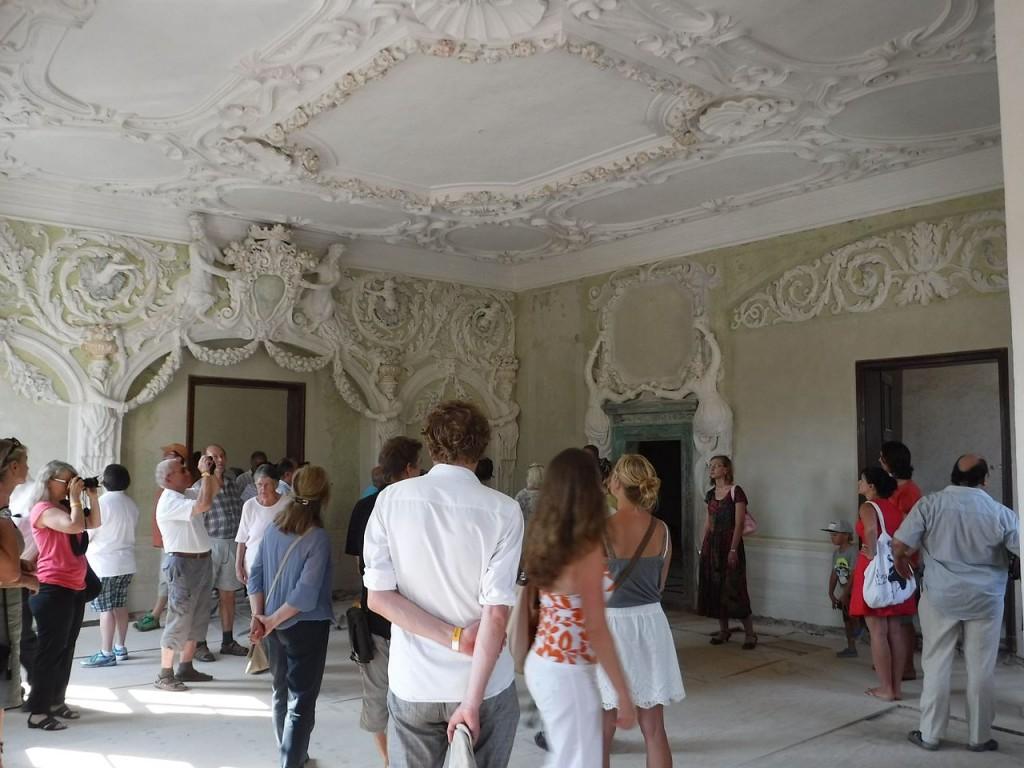 Schloss Großkmehlen zeigt den prächtigen Stucksaal im ersten Stock / Foto: Wikipedia / Derbrauni / CC-BY-SA 4.0