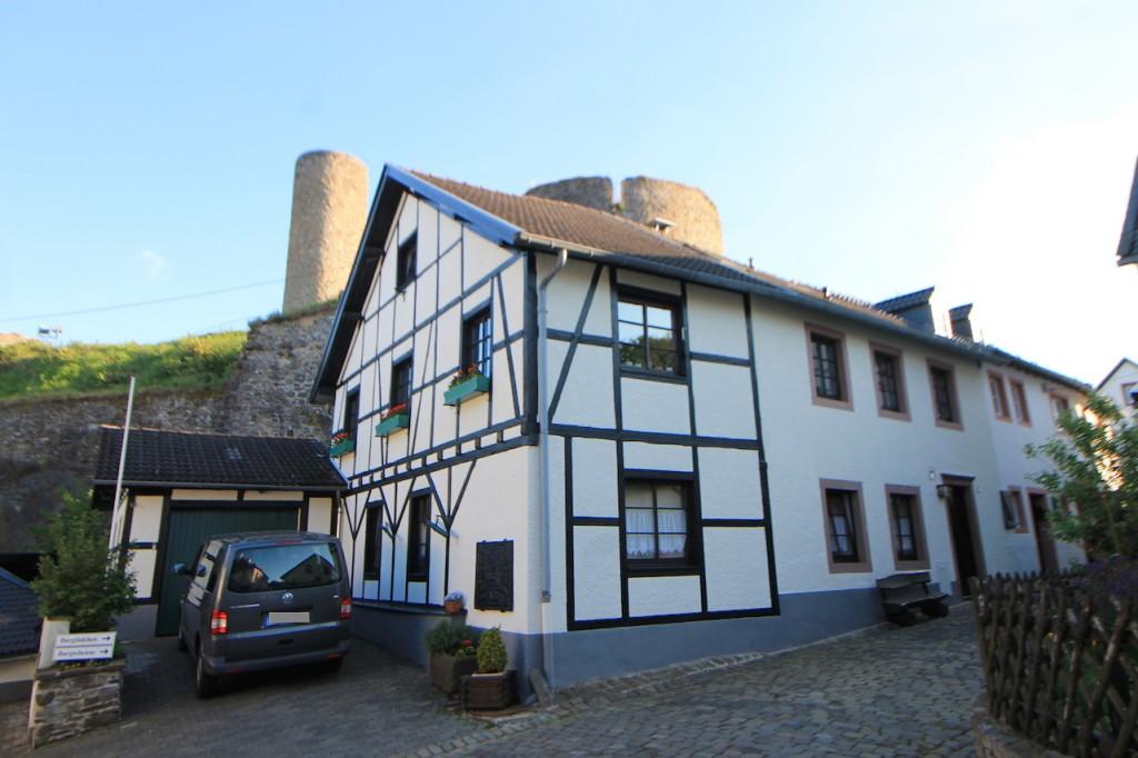 Kronenburg - malerischer Burgort im Schatten der Ruine / Fotos: Burgerbe.de