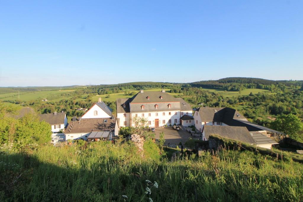 Blick von der Ruine auf das Burghaus, einst Sitz des Luxemburger Amtmanns.
