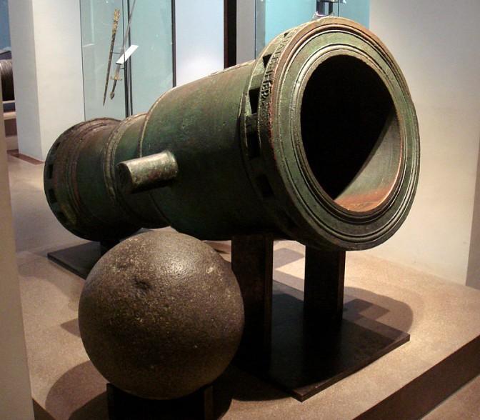 1480 wurde diese Steinbüchse für die Johanniter gegossen. / Foto: Wikipedia / PHGCOM / CC-BY-SA 3.0