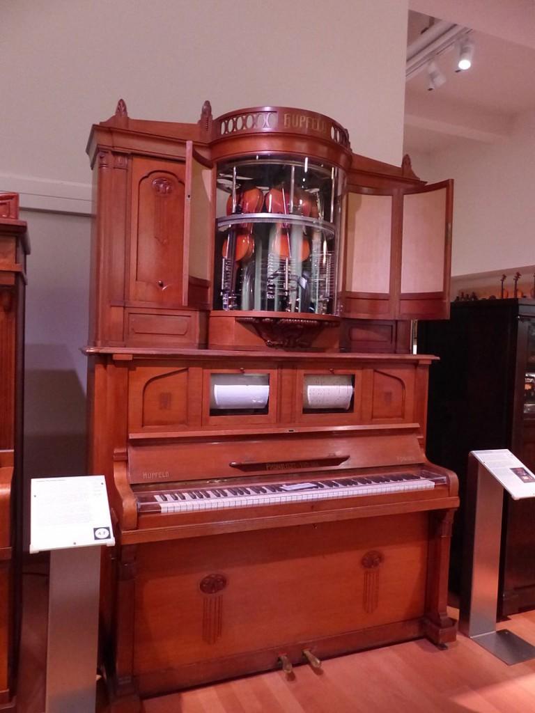 Burg Beeskow wird Musikmuseum. Hier ein Beispiel für einen Musikautomaten von 1914 aus dem Technischen Museum Wien. Foto: Dr. Bernd Gross / CC-BY-SA 4.0 / Foto oben: Burg Beeskow