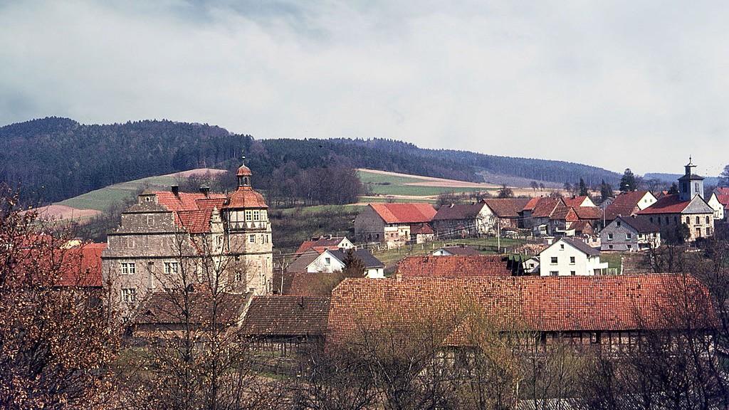 Blick auf Schloss Nesselröden und die Kirche des Ortes. Bild: gemeinfrei