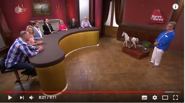 Bares für Rares: Die Händlerrunde auf Schloss Drachenburg beim Ersteigern eines Spielzeug-Apfelschimmels aus Blech. Screenshot: Youtube / Foto oben: Burgerbe.de