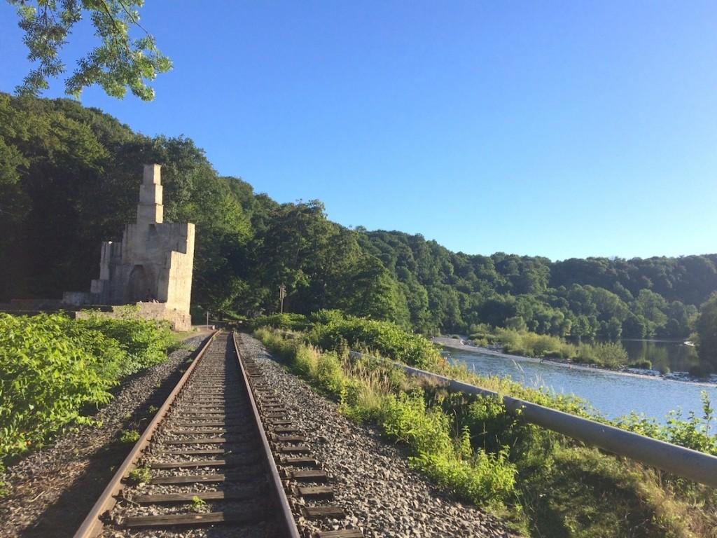 Die Gleise der Ruhrtalbahn bei Burg Hardenstein.