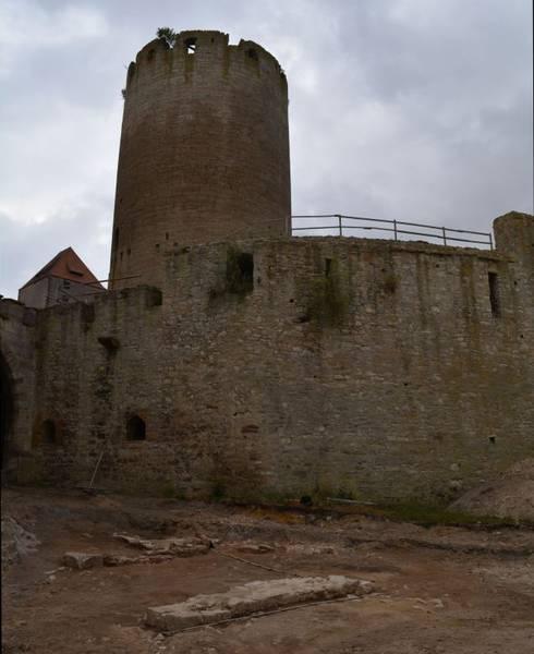 """Ein kleiner Teil der Burg Querfurt-Grabung nah beim """"Dicken Heinrich"""" / Foto: Landesamt für Denkmalpflege und Archäologie Sachsen-Anhalt / Foto oben: Burgerbe.de"""