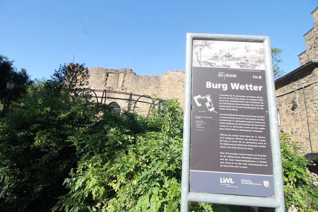 Ruine der Burg Wetter an der Ruhr mit Infotafel