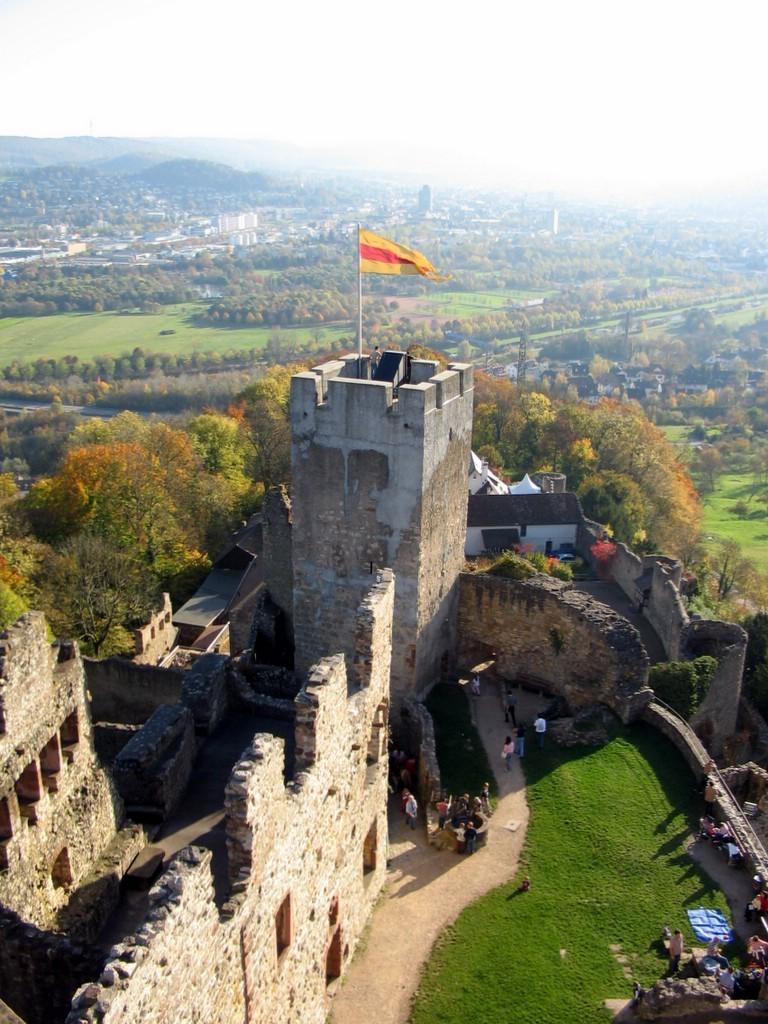 An diversen Gebäuden in Baden flattert die alte Baden-Fahne, z.B. Burg Rötteln in Lörrach. Foto: gemeinfrei