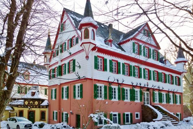 Das Eulbacher Schloss im Winter: Das Gebäude blieb unbeschadet. Foto: Wikipedia / Commander-pirx / CC-BY-SA 4.0 / Foto oben: gemeinfrei