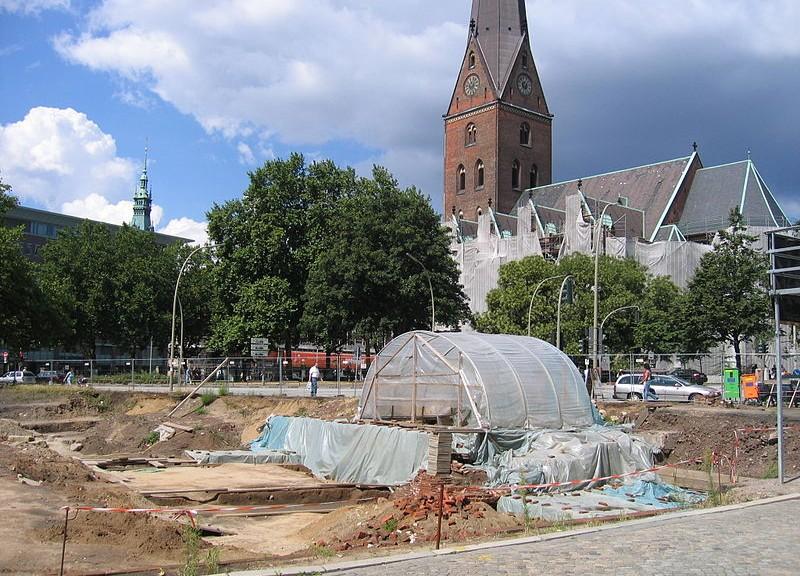 Hammaburg.Grabung in Hamburg - der HammaBot weiß mehr