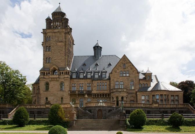 Schloss Waldthausen in Budenheim soll verkauft werden, hier die Gartenseite / Foto: Rudolf Stricker / Foto oben: Wikipedia / Camrade obscura / CC-BY-SA 3.0