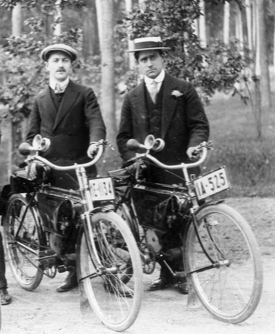 """John Stol, niederländischer Radrennfahrer (r.) 1909 mit der typischen """"Kreissäge"""". Foto: gemeinfrei"""